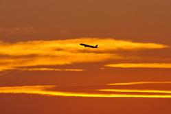 Avion au coucher de soleil