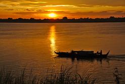 Lever de soleil sur la rivière Tonlé Sap