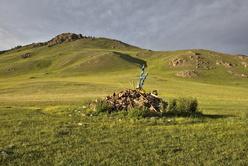 Ovoo en haut d'un col dans la steppe